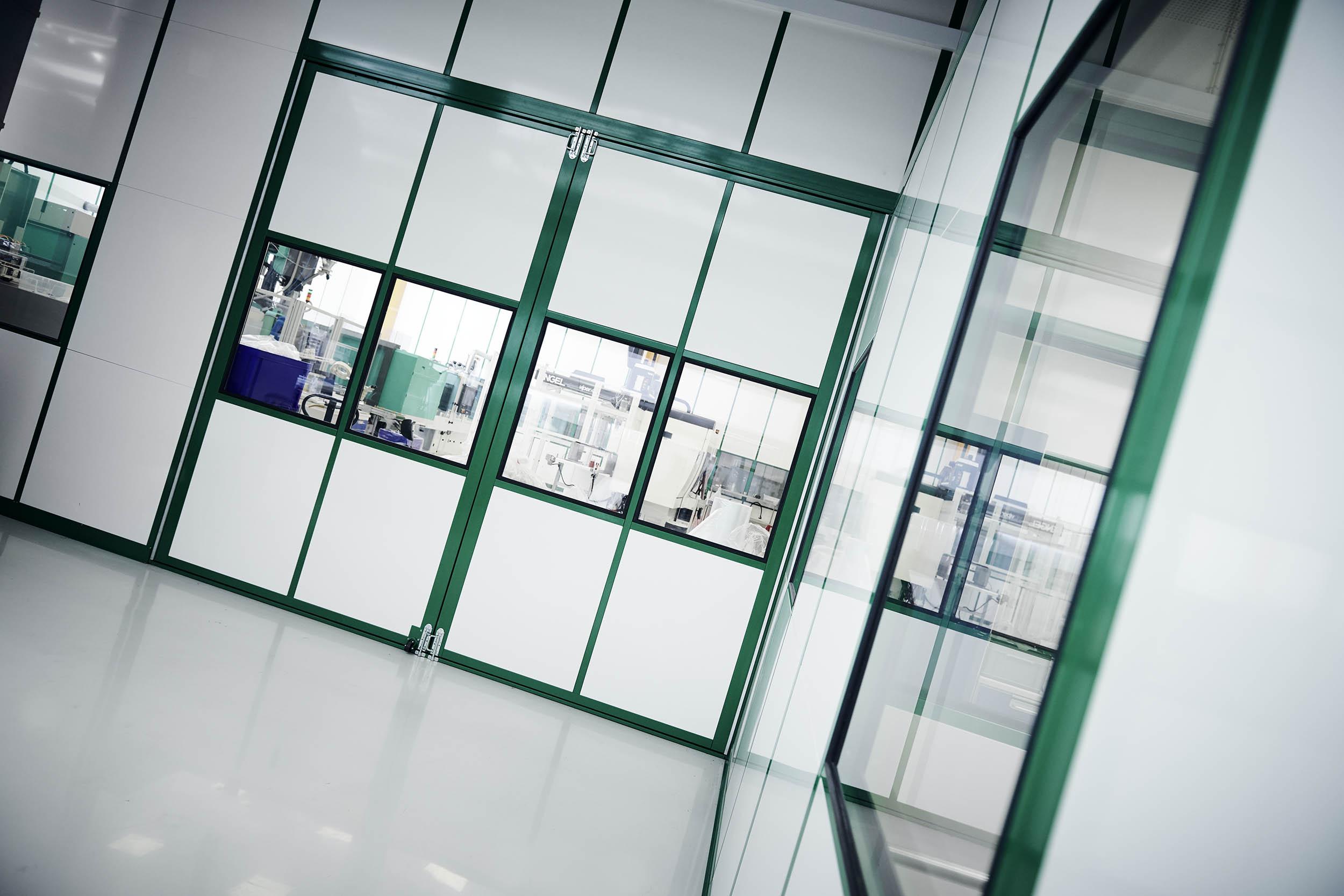 4 m bred og 3 m høj dobbeltdør betyder at nye maskiner/udstyr kan komme ind i renrummet efter behov