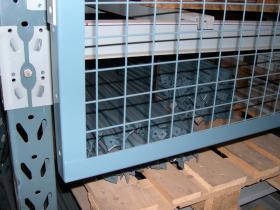 Smith sikkerhedsnet er jernfosfateret og pulverlakeret i de originale Smithfarver, og fremstår fuldt lakerede også efter montering – ingen skæreflader – ingen rust!