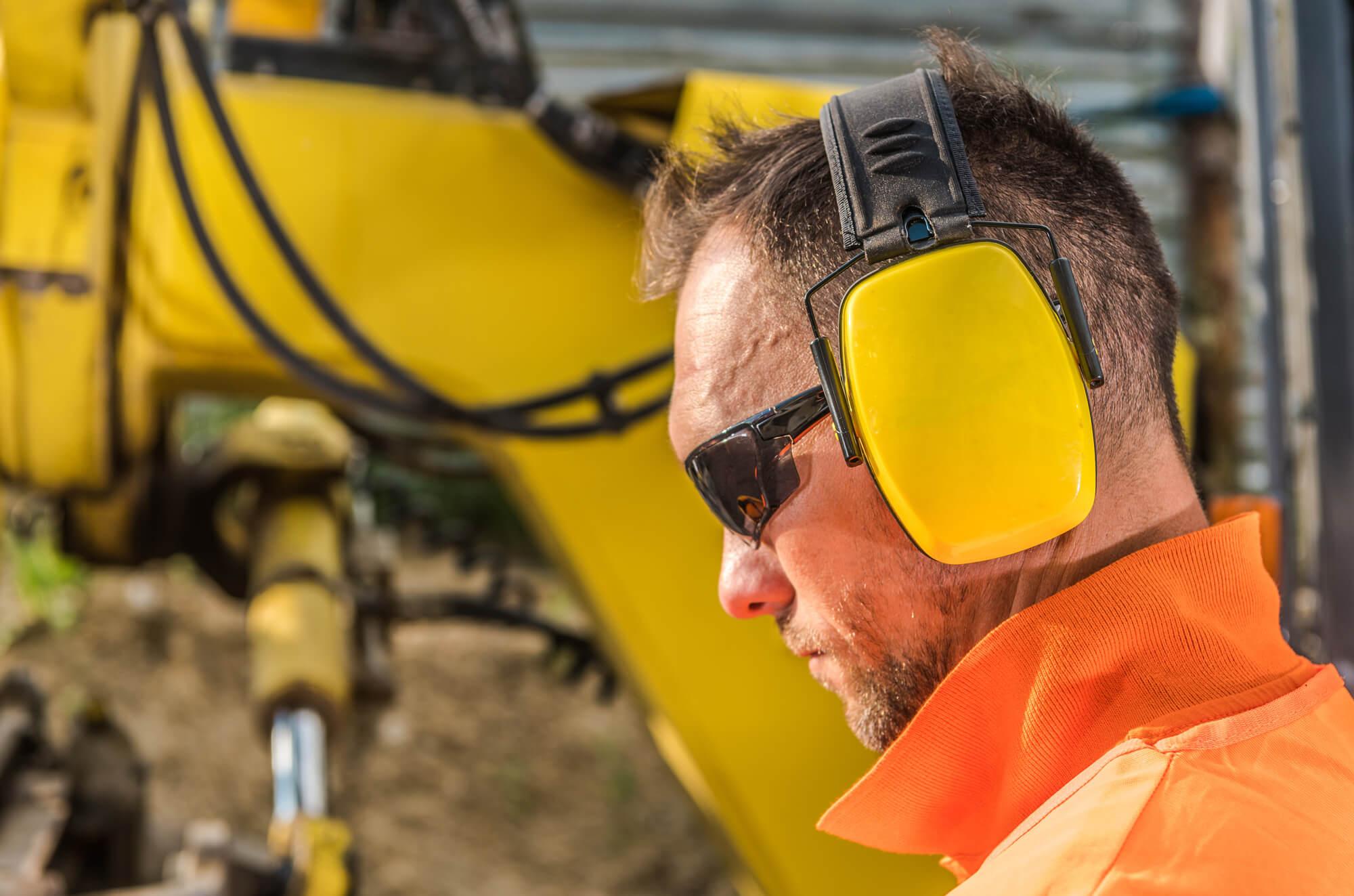 Høreværn er påbudt, hvis støjen er over 85 dB(A)