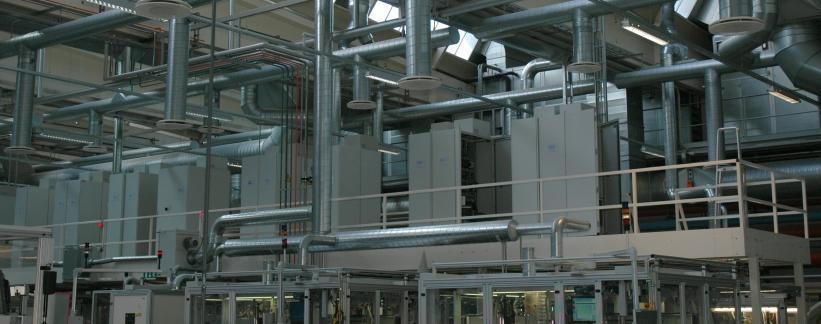 Mezzanin udnytter her opbevaring af kontrolenheder ovenover maskinerne.