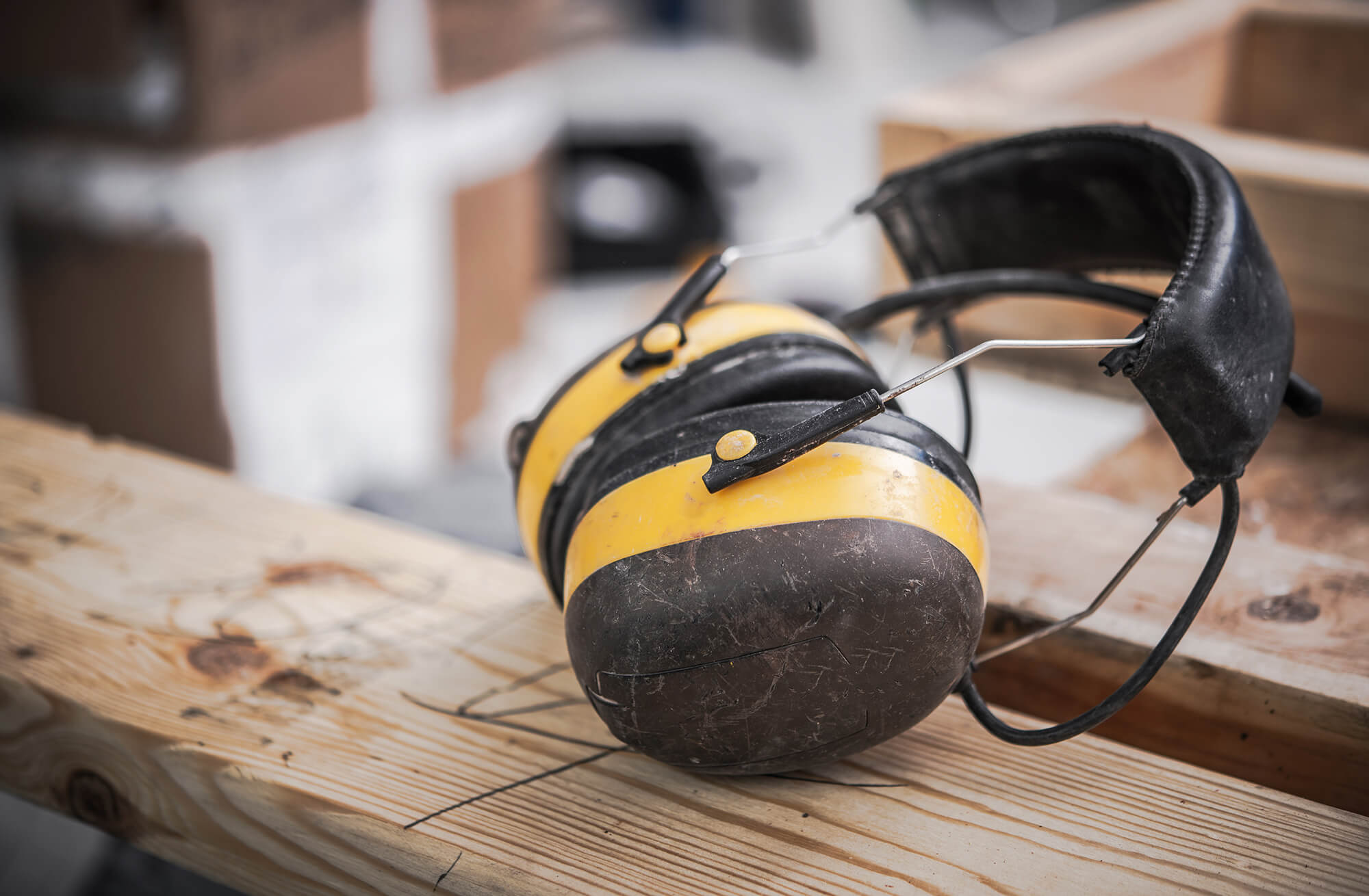 Du har PLIGT til at bruge høreværn, hvis støjen er over 85 dB(A).