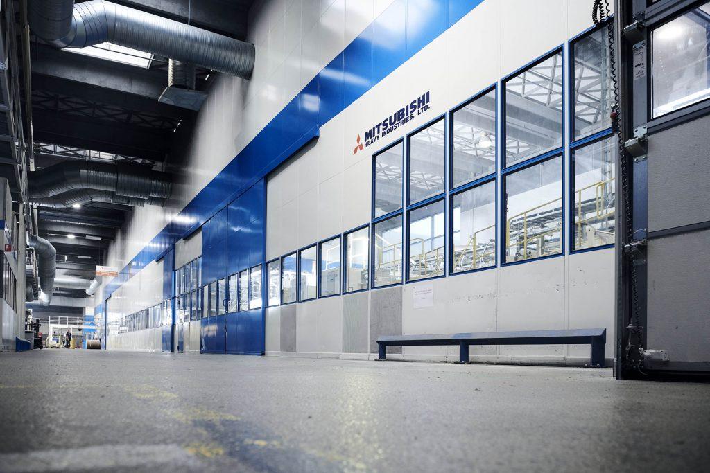 9 meter høj MATADOR væg, skærmer her både mod støj og varme fra produktionsanlægget.