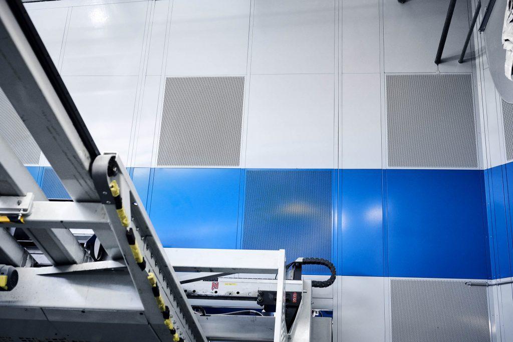 Akustik væg indvendigt i maskinindkapsling.