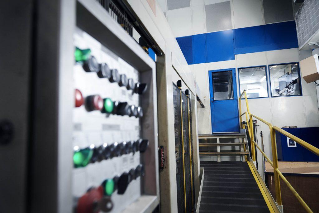 Kontrolrum integreret i støj og varme dæmpning af produktionsanlæg
