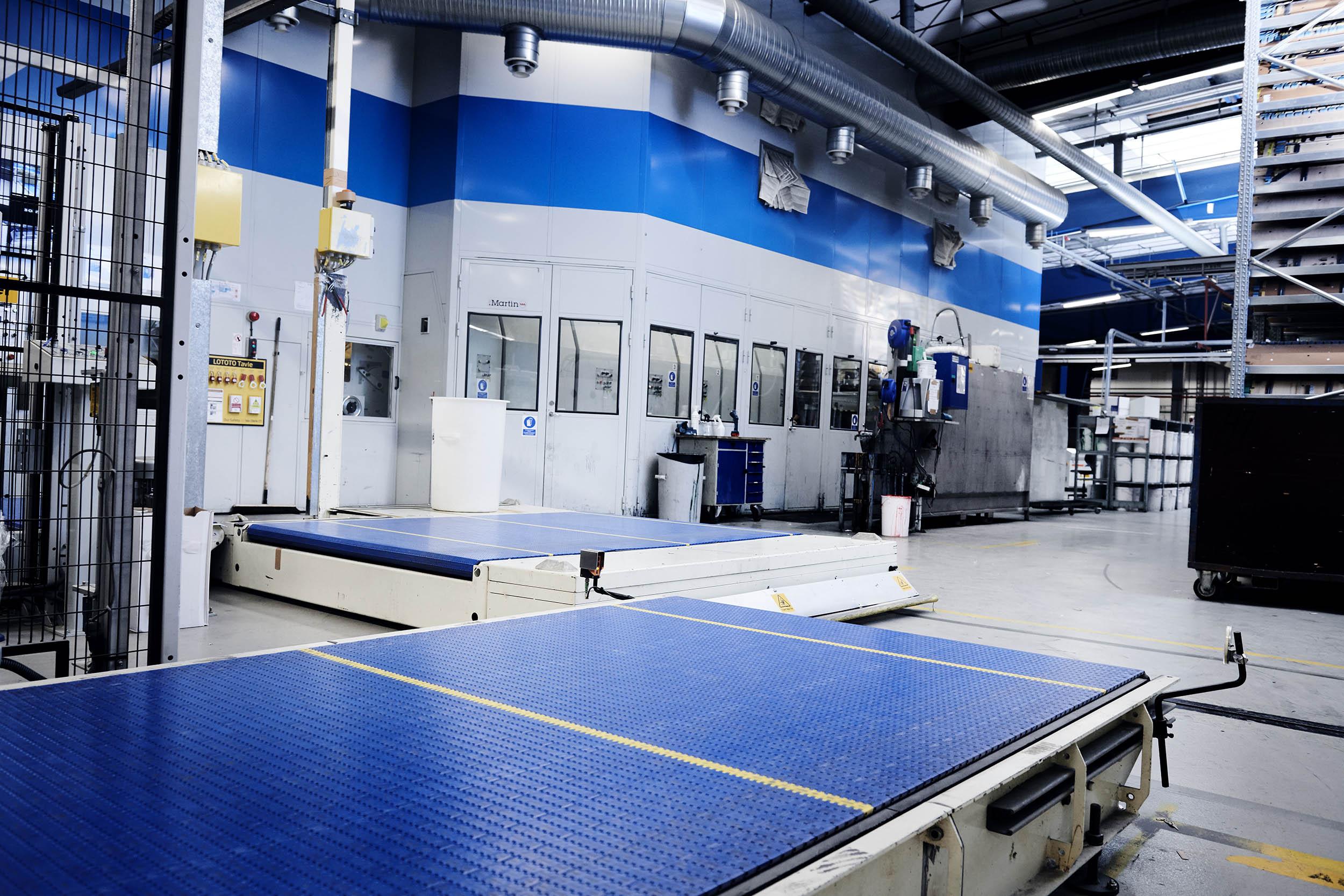 Gulv til loft indkapsling af produktionsanlæg med døre, vinduer, port mv.