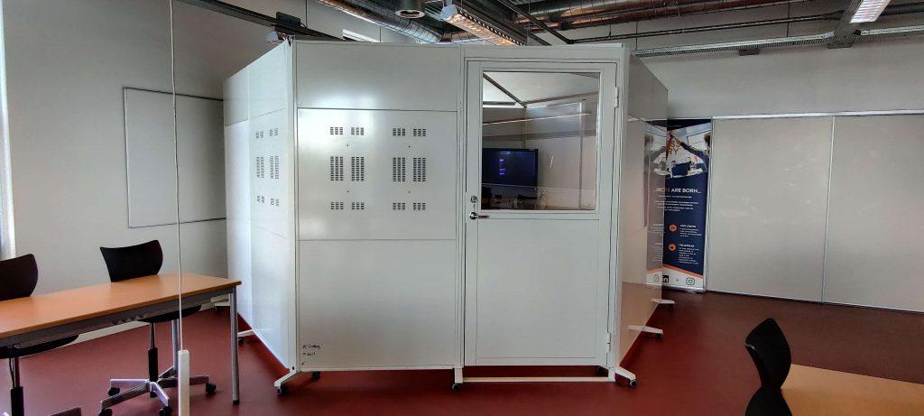 Skærmvægge sat i sekskant , bruges som mødelokale.