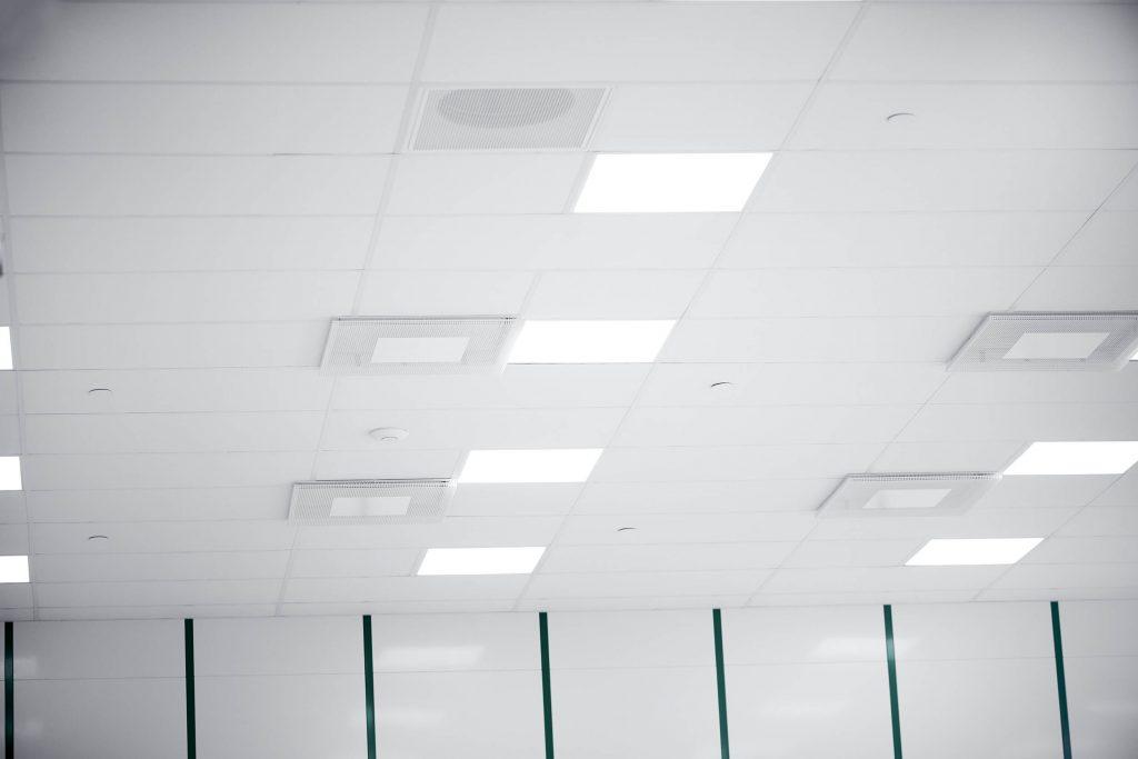 HEPA/ULPA filtre i loftet sørger for renheden i et renrum.